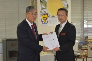 県への要請 左:高前田会長 右:上田農林水産部長